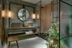 O design industrial fica mara mas devemos tomar cuidado com algumas coisas, como a iluminação para o local não ficar muito escuro. Nesse banheiro foram utilizadas portas de vidro e espelhos para ajudar na iluminação do cômodo!