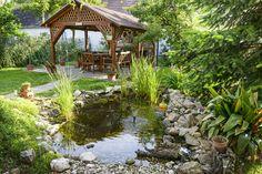 Gartenteich Wasserpflanzen Gartenlaube aus Holz in der Nähe