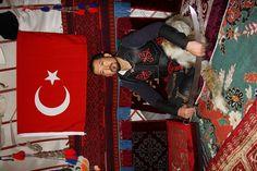 """Diriliş """"Ertuğrul""""daki yaşam Ulupamir'de   Van'ın Erciş ilçesine bağlı Ulupamir köyünde yaşayan Kırgız Türkleri, """"Diriliş Ertuğrul"""" dizisinde de bulunan geleneksel aksesuarları hala günlük yaşantılarında kullanıyor. Köy meydanında kurdukları oba ve evlerinde eksik etmedikleri, kılıç, yay, ok gibi aletlerle geleneklerine sahip çıkıyor."""