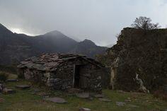 """Vautour Itxusi - Nous sommes partis balader """"A la recherche des premiers vautours"""" avec Hegalaldiamais le temps ne s'y prêtait pas vraiment et il a fallut ce presser un peu pour arriver jusqu'au point de vue, passer un peu de temps sur place et repartir sous une pluie de grêle. Blog Voyage, Gazebo, Outdoor Structures, Activities, Point Of View, Basque Country, Rain, Beginning Sounds, Searching"""
