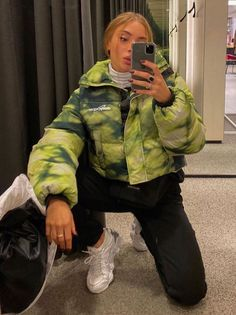 Where to buy a puffer jacket? Top puffer jackets people are wearing in 2020. How to style a colourful puffer jacket? Are puffer jackets only for casualwear #fashionblogger #puffercoat #pufferjackets #jeansoutfit Mode Outfits, Trendy Outfits, Fashion Outfits, Fashion Tips, Tomboy Outfits, Fashion Styles, Fashion Skirts, Jeans Fashion, Girly Outfits