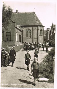 Marken jongens na de kerkdienst #NoordHolland #Marken
