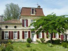 Bom dia! Que bela casa de pedra francesa! Com uma área total de 860 m², essa residência do século XVIII, fica próxima a Bergerac, na França...