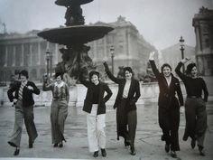 Les premières parisiennes à porter des pantalons. Place de la Concorde, 1933