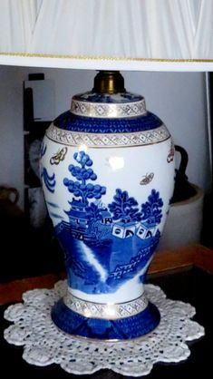 Blue Willow China, Blue And White China, Love Blue, Red White Blue, Cobalt Blue, Blue Chinaware, China Patterns, Light Fittings, Tea Sets