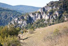 De falaises en éperons, de corniches en gorges profondes, le tracé du Grand Trail des Templiers 2014 conduit les coureurs dans l'environnement très sauvage du Causse Noir - Millau - France