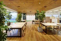 オフィスデザイン実績~『道』が『人』をつなぎ、そこに『場』が生まれるランドスケープオフィス Corporate Interior Design, Corporate Interiors, Office Interiors, Green Office, Cool Office, Office Images, Home Goods Decor, Home Decor, Office Space Design