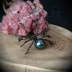 https://www.theotherside.fr/fr/broches-pin-s/477-broche-gothique-araignee-noire-strass-noirs-et-perle-irisee.html