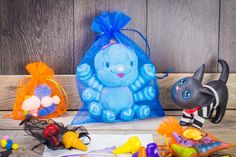 Inspirational ideas for Halloween children's room decorations. We suggest how to decorate a child's room using bags with Halloween prints! Sac Halloween, Halloween Taschen, Bonbon Halloween, Halloween Gift Bags, What Is Halloween, Halloween Prints, Lego Duplo, Spooky Decor, Halloween Decorations