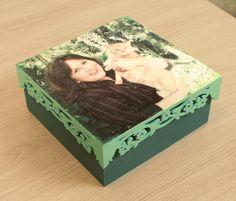 A utilização de fotos no artesanato sempre foi uma técnica de sucesso, agora mais ainda com o novo produto BASE PRINT da Daiara, criado especialmente para transferência de fotos e figuras es...