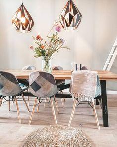 Eethoek met lichte kleuren, unieke eetkamerstoelen en moderne hanglampen   Bron: IG of @huisje133   #woonkamer #woonkamerinspiratie #woondecoratie #woonaccessoires #woonkamerstyling #woonkamerinrichting #woonkameridee #interieurinspiratie #huiskamer #binnenkijken #kleinwoongeluk #vennwooninspiratie
