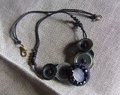 Corto collare di bottoni vintage in tono predominante nero