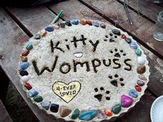 Dog Memorial Stone, Memorial Garden Stones, Cat Memorial, Memorial Ideas, Memorial Gardens, Pet Grave Markers, Pet Cemetery, Pet Memorial Gifts, Losing A Pet