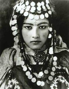 Jeune berbère de Tunisie avec des tatouages et des bijoux traditionnels (début des années 1900)
