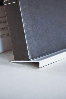 デザイナー向け雑貨ブランドSOGU。斜めにした本をの傾きを保つ新視点の本立て。企画製造しているデザイン会社から直接ご購入いただけます。#SOGU #BOOK #STAND #DESIGN #PRODUCT #SIMPLE #COOL Computer Mouse, Pc Mouse, Mice