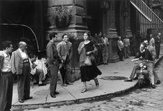 """Ruth Orkin - American Girl in Italy, Firenze 1951 """"American Girl in Italy"""" è una fotografia famosissima, che non necessita di lunghe spiegazioni, realizzata a Firenze nel 1951 da Ruth Orkin, una trentenne fotografa americana.E' uno scatto ambientato e costruito, qualcosa di appena meno che recitato.E' uno scatto provocato.Alla ragazza, Ninalee Craig, un'amica della Orkin con la quale la fotografa aveva intrapreso un viaggio in Italia, venne chiesto per due volte di passare lungo il ..."""