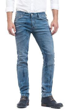 Jeans de fit justo, com cinta baixa e perna justa a partir do joelho, Blaze foi criado para o homem cosmopolita e urbano, fiel às últimas tendências.