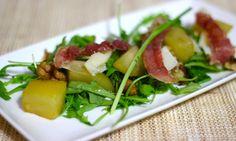 Vandaag deel ik een herfst-gerecht met mijn favoriete smaakcombinatie van gekarameliseerde peer, krokante ham en pittige, zoute kaas. Heerlijk! Een ideaal voorgerecht, simpel om te maken en een bijzondere mix van smaken. Benodigdheden (voor 2 personen): 2 (kleine) peren 3 eetlepels medium sherry 2 eetlepels honing Rauwe ham – 2... Read More →