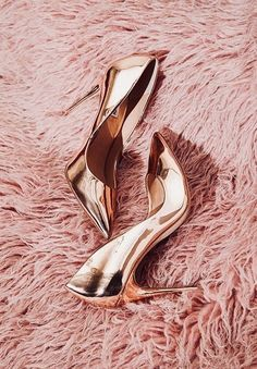 Captivating Gold Heels Shoes Ideas That Every Women Will Love - How can women resist a pair of cute shoes? Particularly, the gold evening shoes which are very popular to women now that can be paired in every dresse. High Heels Boots, Pump Shoes, Shoe Boots, Pink High Heels, Pink Pumps, Fancy Shoes, Me Too Shoes, Crazy Shoes, Rose Gold Heels