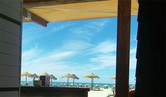 Bebo Los Vientos es un nuevo bar que se abierto en la playa de la Victoria de Cádiz. Perfenece a Raúl Cueto el mismo propietario de Arsenio Manila y nace con la filosofía de aunar en un mismo establecimiento  bar de tapeo con gastronomía variada, sitio para tomar café a media tarde, cenas por la noche y luego copas. La idea es mantenerse abierto todo el año, no sólo en verano. Los detalles en cosasdecome. http://www.cosasdecome.es/sin-categora/bebo-los-vientos-bar-de-playa-para-todo-el-ano/
