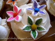 Easy marshmellow flowers gonna put these on birthday cupcakes