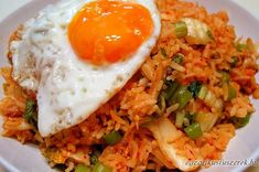 Nasi Goreng is a food that is usually served for breakfast in Indonesia. Rice Recipes, Asian Recipes, Cooking Recipes, Healthy Recipes, Ethnic Recipes, Healthy Food, Mie Goreng, Nasi Goreng, Special Fried Rice Recipe