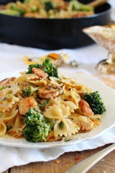 Broccoli and Chicken Farfalle. Broccoli and Chicken Farfalle a quick and delicious pasta dish that is simply perfect for busy weeknights. Chicken Broccoli Pasta, Vegetable Pasta, Chicken Pasta Recipes, Healthy Pasta Recipes, Broccoli Recipes, Chicken And Vegetables, Cooking Recipes, Chicken And Bowtie Pasta, Easy Recipes