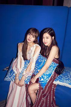 Lisa and Rose//BlackPink Blackpink Fashion, Korean Fashion, South Korean Girls, Korean Girl Groups, Blackpink Youtube, Black Pink Kpop, Blackpink Photos, Jennie Blackpink, Blackpink Jisoo