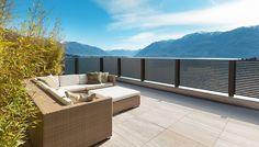 Der Linea in Bestform!! Ob Zaun, Tor oder Balkon, wie man sieht schmückt er sogar die Terrasse am See perfekter als nur perfekt. Hier ist er mit antrhaziter Pulverbeschichtung. #Alubalkon #Guardi #Österreich #Lamellenzaun #anthrazit #Aluzaun #modern #Balkon Outdoor Sectional, Sectional Sofa, Outdoor Furniture Sets, Outdoor Decor, Sun Lounger, Exterior, Modern, Garden, Home Decor