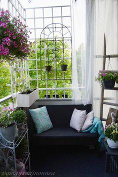 Kerrostalokodin parveke ❤ Balcony ❤ #balcony #parveke Porch Swing, Outdoor Furniture, Outdoor Decor, Home Decor, Decoration Home, Room Decor, Porch Swings, Home Interior Design, Backyard Furniture