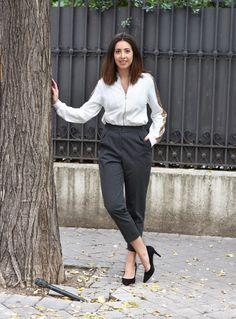 midilema.com | Sequins | Lucía Peris is wearing business style gray pants, white jacket with golden sequins, and black heels (classic pumps). // Lucía Peris lleva pantalones de traje de color gris, sudadera blanca con lentejuelas doradas, y zapatos de tacón negros (salones negros).