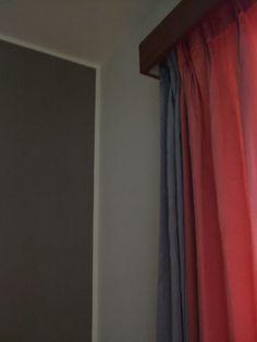 粉紅窗帘 藕色牆面 by Chao Chuan