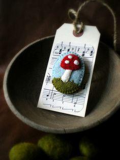 蘑菇胸针,艺术家 Lisa Jordan的作品。