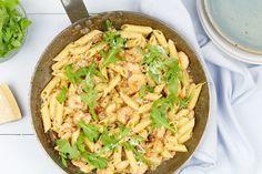 Een écht snel gerecht op tafel zetten vanavond? Dat kan met deze pasta met garnalen in een romige saus van ricotta en Parmezaanse kaas. Pasta Menu, Italian Recipes, Great Recipes, Ricotta, Lunch, Meat, Chicken, Ethnic Recipes, Desserts