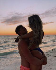 Photos Couple Plage, Couple Beach Pictures, Couple Photos, Perfect Couple Pictures, Cute Couple Poses, Cute Couples Photos, Cute Couples Goals, Couple Goals Relationships, Relationship Goals Pictures