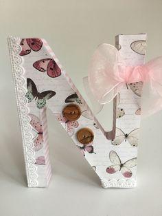Letras de papel prensado decoradas con telas, papeles y otras fantasías.