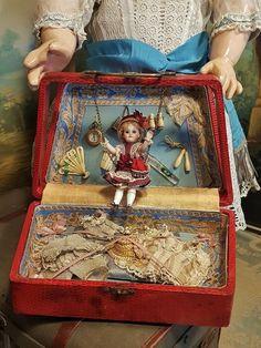 ~~~ Rare French Mademoiselle ' Balancoire ' in Original Presentation vom ' Au Bon Marche ' ~~~