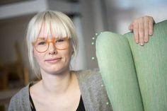 GODE RÅD: Møbeltapetserar Minnie Staaf gir råd om korleis ein best kan trekke om og restaurere gamle møblar. Round Glass, Om, Girly, Green, Women's, Girly Girl