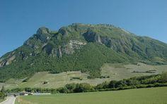Le vignoble de Montmélian sur les coteaux abrupts du massif des Bauges, depuis le village de Francin - © M.CRIVELLARO