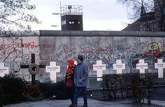 Symbolische Grabkreuze erinnern an die Opfer der Berliner Mauer, Januar 1990