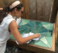 Time for some tile DIY! This outdoor table is the perfect example of how a little tile can go a long way. Outdoor Table Centerpieces, Diy Outdoor Table, Mosaic Tile Table, Mosaic Art, Ceramic Table, Mosaic Crafts, Mosaic Projects, Stone Mosaic, Mosaic Glass