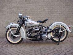 Harley Davidson 1945 45UL 1200cc. En los 60's mi padre corría esta moto que era de mi abuelo, contra un amigo en un Chevy Impala 1960. Dice que prácticamente no frenaba nada.
