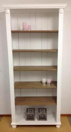 landelijke boekenkast met donkere planken