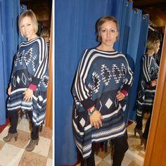 Poncho misto lana a fantasia  Bellissimo poncho caldo a fantasia con le frange    Tessuto: 60% acrilico 30% lana 10%alpaca    Con la manica corta    Made in Italy  https://www.lorcastyle.it
