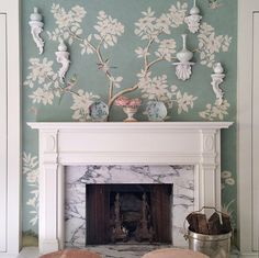 Mary McDonald - House Beautiful A lovely vignette in Mary McDonald& bedroom featuring Gracie wallpaper and Chinese porcelain. Gracie Wallpaper, Et Wallpaper, Wallpaper Ideas, Remove Wallpaper, Chinese Wallpaper, Wallpaper Patterns, Wallpaper Decor, Chinoiserie Wallpaper, Chinoiserie Elegante