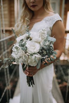 This Rustic Chic Wedding Redefines Modern Romance White and greenery wild wedding bouquet Winter Wedding Flowers, White Wedding Bouquets, Rustic Wedding Flowers, Wedding Flower Arrangements, Bride Bouquets, Flower Bouquet Wedding, Chic Wedding, Floral Wedding, Flower Girl Bouquet