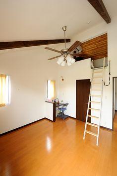 梁と勾配で開放感ある寝室にロフトを設置。