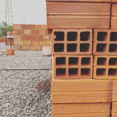 """""""levantando paredes"""" #naobra #arquitetura #arquitetandosonhos #paredes #ahessarquitetura #amomeutrabalho"""