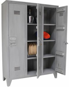 What a nice locker is HK-living! Based on the old army units, but it is made of wood. With three shelves and also nice details on the inside. Industrial Living, Industrial Chic, Wooden Lockers, Casa Kids, Grey Wood, Wood Wood, House Doctor, Diy Furniture, Shelving