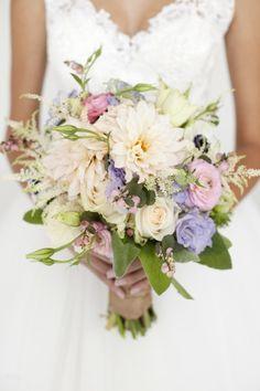 bouquet de mariée champêtre de roses en couleurs douces